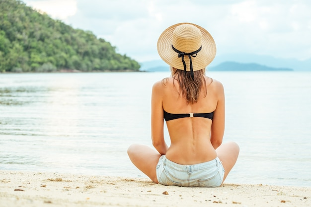 Mulher, desfrutando de praia relaxante no verão
