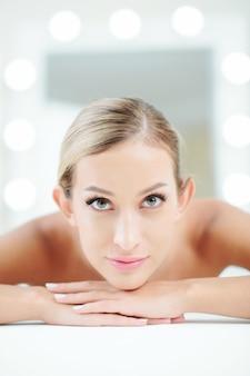 Mulher desfrutando de procedimento de spa