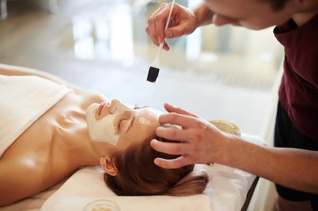 Mulher desfrutando de tratamentos de beleza em spa