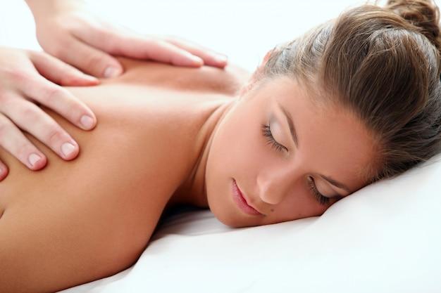 Mulher desfrutando de uma massagem terapêutica