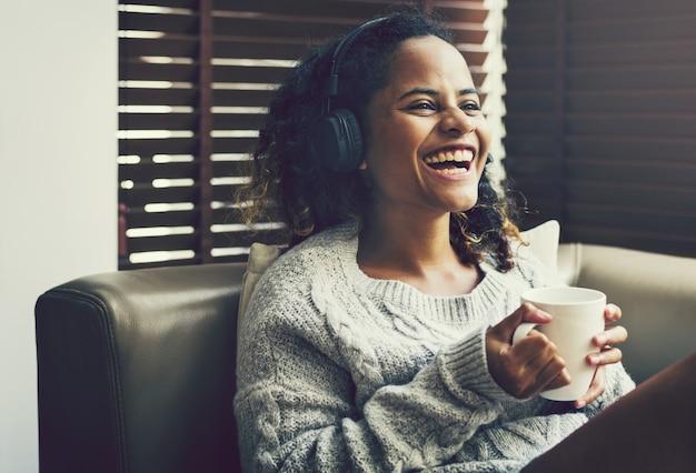 Mulher, desfrutando, música, ligado, dela, sofá