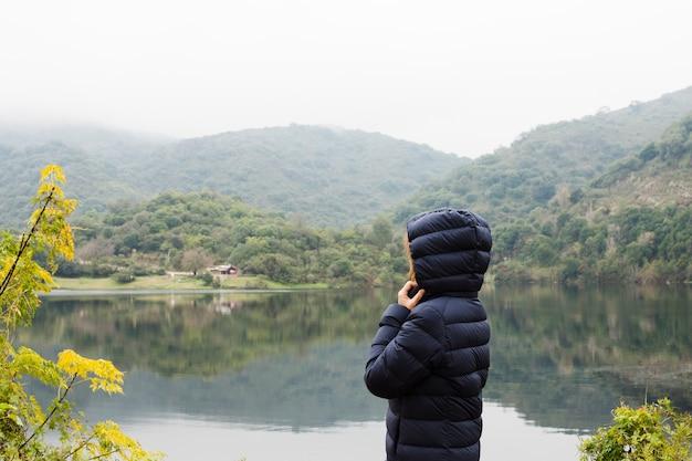 Mulher, desfrutando, paisagem, por, a, lago
