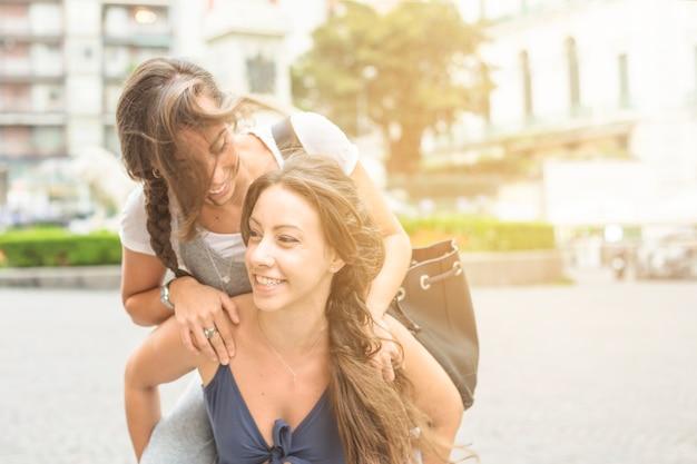 Mulher, desfrutando, piggyback, passeio, ao ar livre