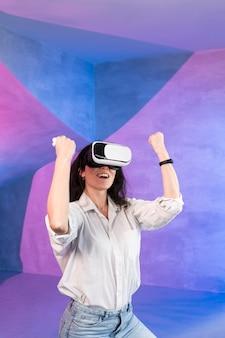 Mulher, desfrutando, realidade virtual, headset
