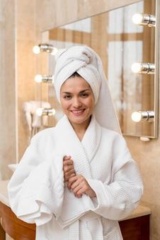 Mulher, desgastar, bathrobe, em, quarto hotel