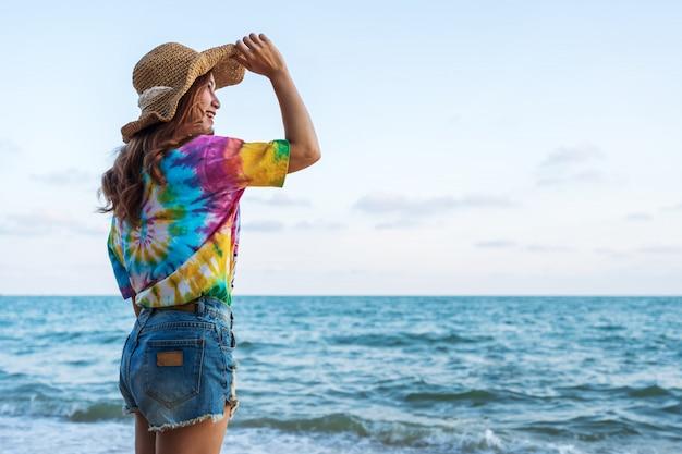 Mulher, desgastar, chapéu, ficar, mar, praia