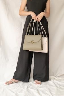 Mulher, desgastar, couro, moda, bolsas