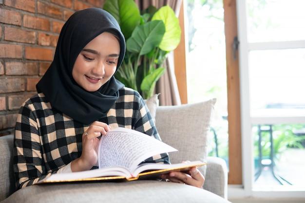 Mulher, desgastar, hijab, leitura, alcorão
