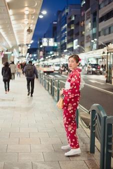 Mulher, desgastar, tradicional, quimono, ligado, um, rua, em, japão