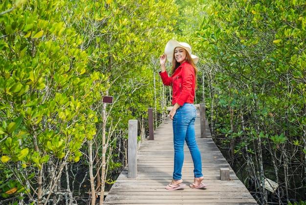 Mulher, desgastar, vermelho, roupas, em, ponte madeira, em, tung prong, tanga