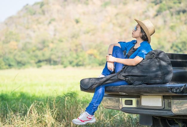 Mulher, desgaste, chapéu, carregar, dela, guitarra, saco, ligado, camionete