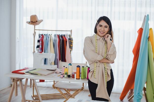 Mulher designer de roupas com cruzar os braços no escritório.