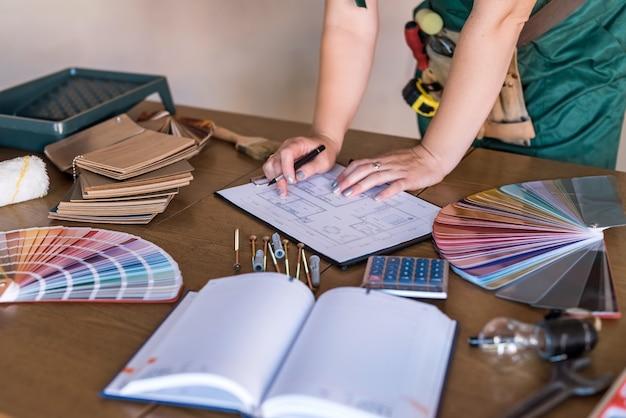 Mulher designer trabalhando em um novo projeto em um apartamento novo