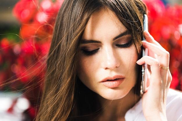 Mulher deslumbrante fala no telefone