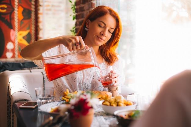 Mulher, despejar, bebida, vidro, jarro, servido, almoço, café