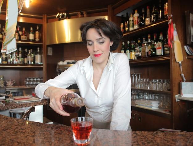 Mulher, despejar uma bebida