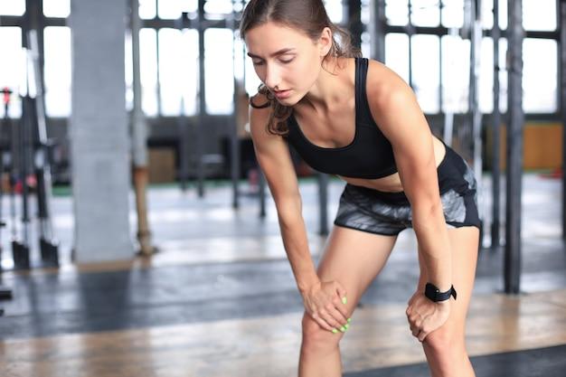 Mulher desportiva a descansar, a fazer uma pausa depois de fazer exercício.