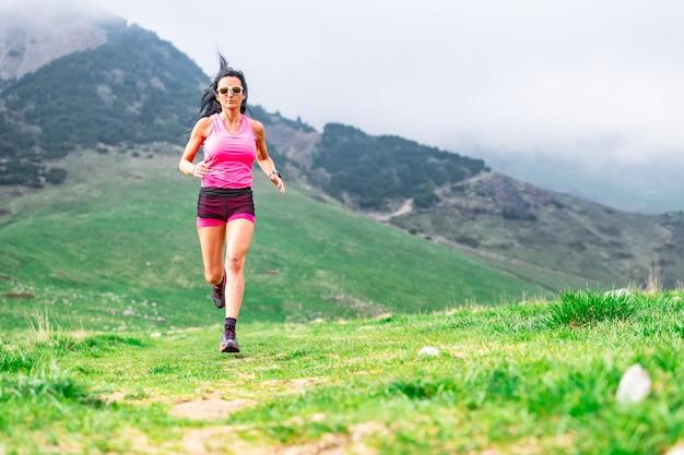 Mulher desportiva após um dia de trabalho no escritório praticando fitness balançando na natureza