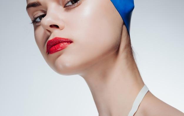 Mulher desportiva com lábios vermelhos touca de natação