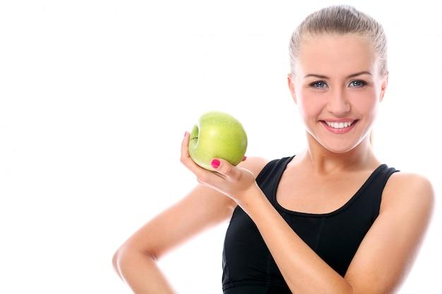 Mulher desportiva com maçã