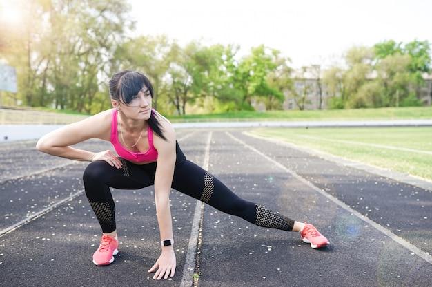 Mulher desportiva da aptidão que morre o exercício exterior dos exercícios.