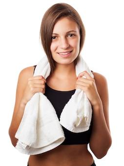 Mulher desportiva de sorriso com toalha