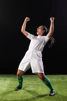 Mulher desportiva de tiro completo comemorando