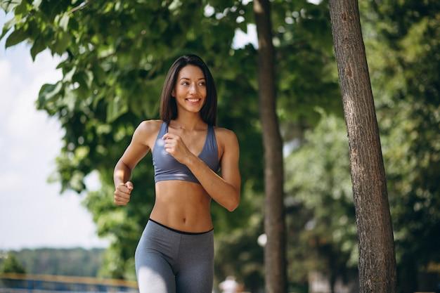 Mulher desportiva exercitando no parque
