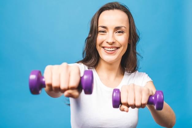 Mulher desportiva fazendo exercícios de boxe