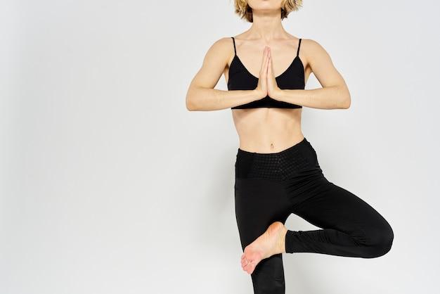 Mulher desportiva fazendo poses de ioga em casa
