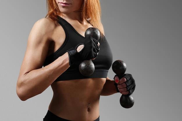 Mulher desportiva malhando