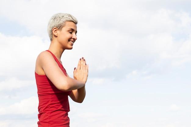 Mulher desportiva meditando na natureza
