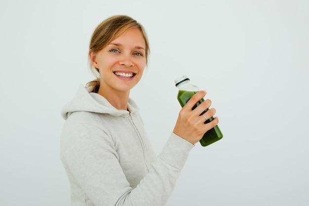 Mulher desportiva optimista mantendo uma dieta equilibrada