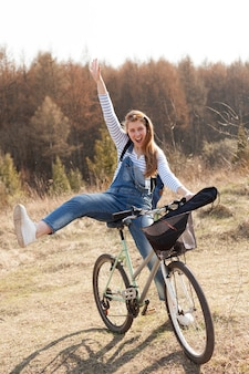 Mulher despreocupada, andar de bicicleta na natureza