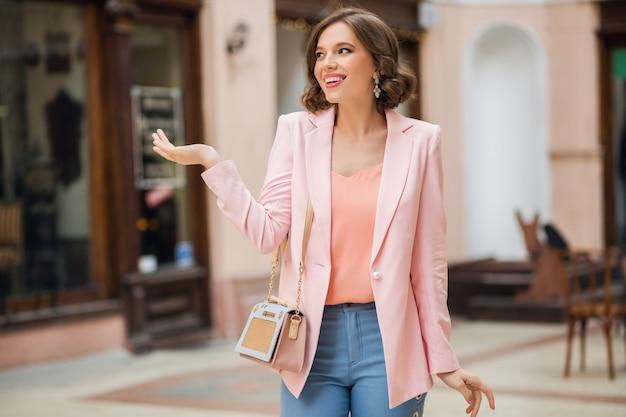 Mulher despreocupada caminhando pela cidade de férias