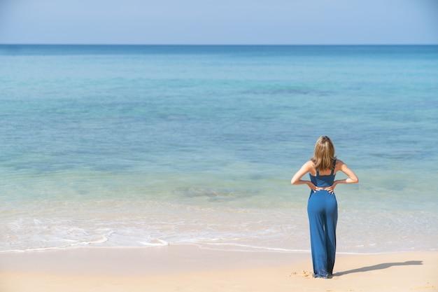 Mulher despreocupada na praia. férias de verão na praia.