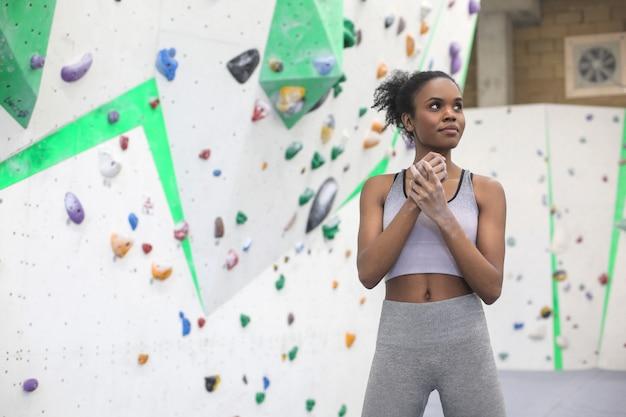 Mulher determinada que enfrenta um desafio no centro de escalada