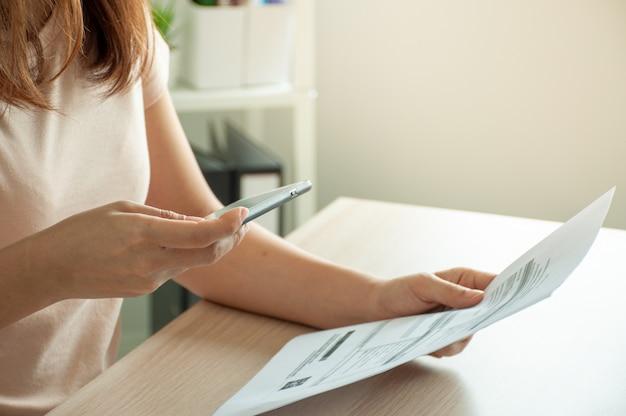 Mulher digitalizando um documento com um smartphone