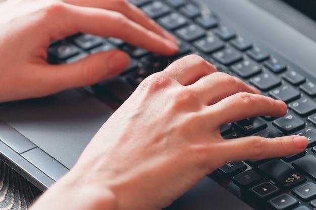 Mulher, digitando, ligado, laptop