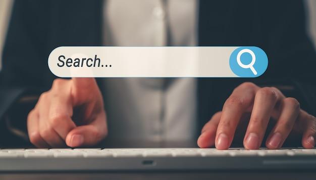 Mulher digitar texto no teclado e pesquisar o botão de navegação da internet virtual na tela do celular.
