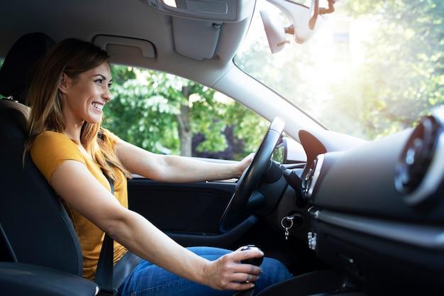 Mulher dirigindo automóvel