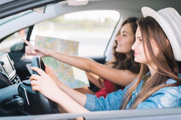Mulher, dirigindo, car, com, passageiro