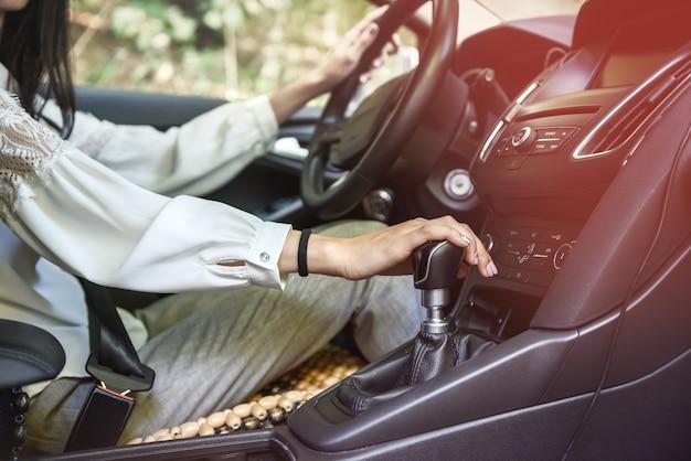Mulher dirigindo carro com volante. motorista dentro do carro