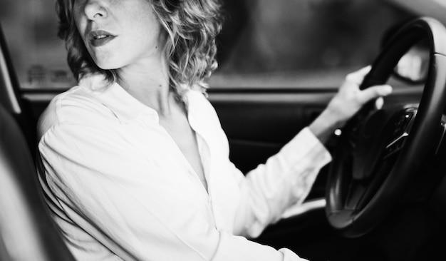 Mulher, dirigindo um carro, em, inverter