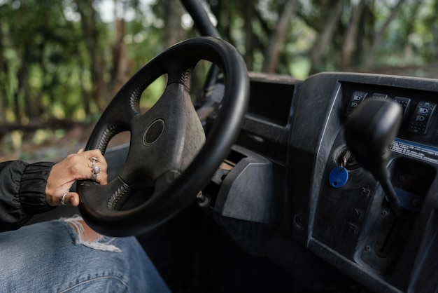 Mulher dirigindo um carro jipe de perto