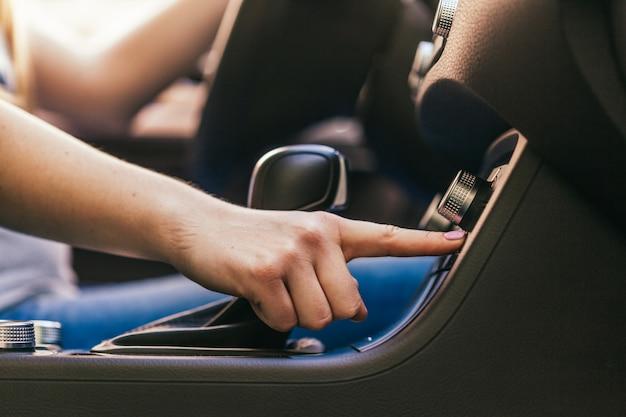 Mulher, dirigindo um carro