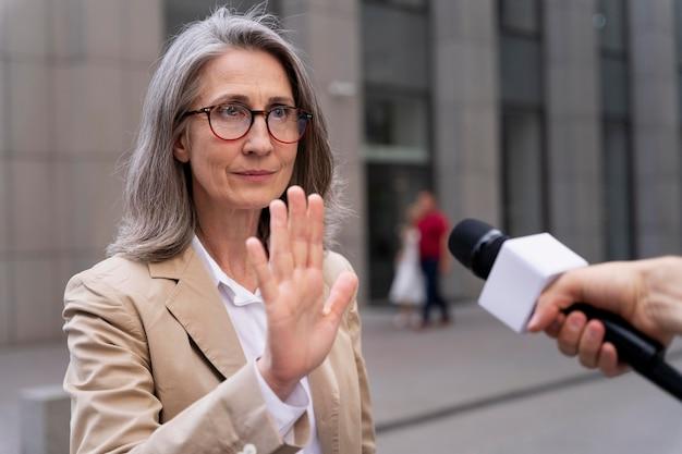 Mulher discordando de dar uma entrevista