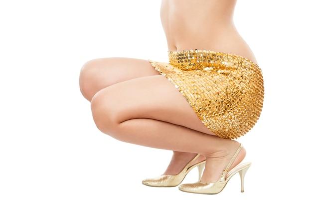 Mulher discoteca em uma saia dourada isolada.