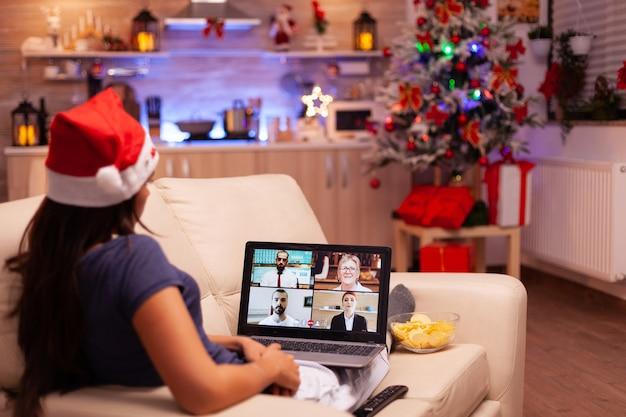 Mulher discutindo com amigos remotos durante uma reunião de videochamada online