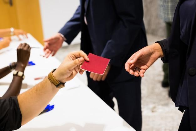 Mulher distribui um cartão vermelho em branco